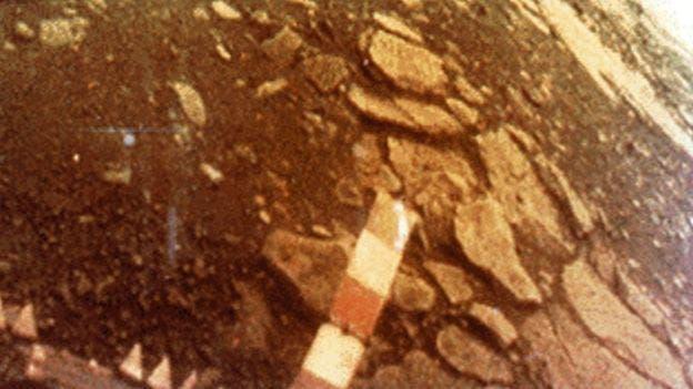 En 1982 una sonda soviética aterrizó en Venus y envió imágenes de la superficie del planeta. Debido a las difíciles condiciones, la sonda se destruyó al cabo de una hora