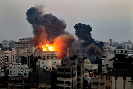 Vista de la ciudad de Gaza durante los ataques israelíes. Foto: Reuters