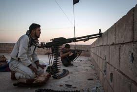 Rebeldes en sus puestos de combate, en Raqqa