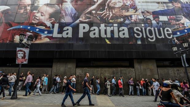 En Caracas, largas filas para extraer dinero de un cajero automático