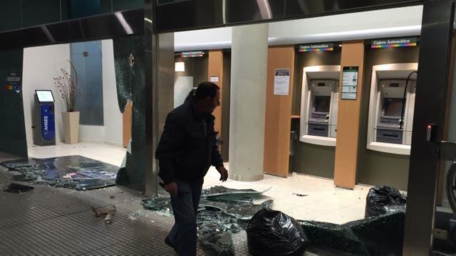 Destrozos en un banco cercano a la Plaza de Mayo