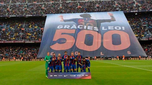La bandera de homenaje a Messi, desplegada en el Camp Nou