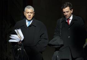 El abogado de Gustavo Juliá, Carlos Broitman, y su colaborador, Darío Kaen, al salir de los tribunales