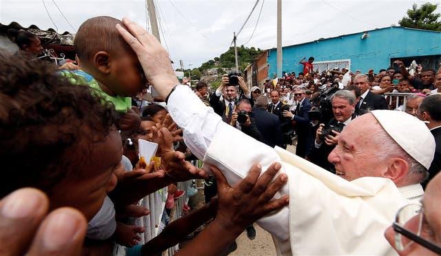 El pómulo hinchado no le impidió al Papa saludar ayer a los residentes del barrio San Francisco en Cartagena
