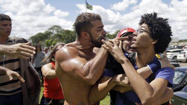 Seguidores y opositores a Dilma Rousseff se cruzaron cerca del Palacio del Planalto