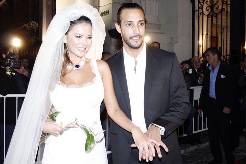 Un casamiento polémico. Karina y Leo, en la gran fiesta que organizaron en el Tattersall, mostrando sus alianzas. Foto: Archivo