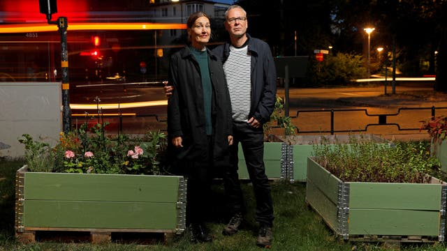 Anna Elidson y Fredrik Alm posan junto a sus canteros en Estocolmo