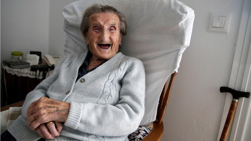 María Josefa Guillén, de 103 años, se ríe en su casa en Cazalla de la Sierra, Sevilla, al sur de España.