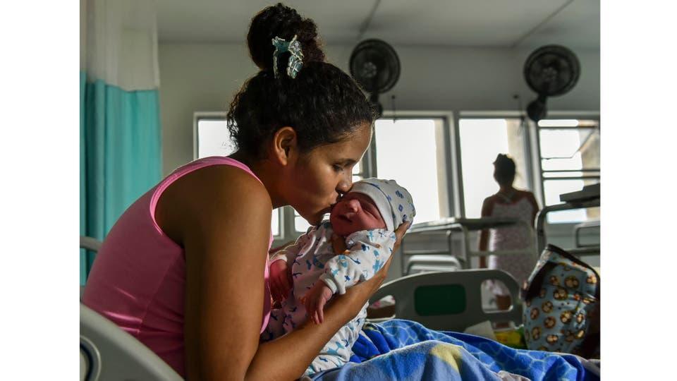 Marbella Nino de Venezuela, de 22 años, abraza a su recién nacido, Joshier, en el Hospital Universitario Erasmo Meoz de Cucuta, departamento de Santander, Colombia