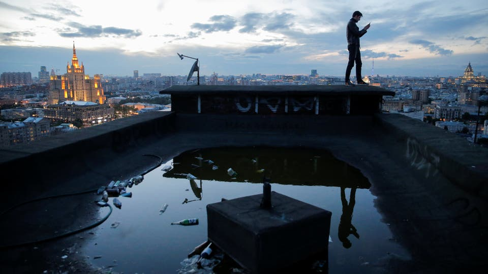 Sergii Rodionov toma una fotografía en su teléfono móvil desde un tejado en Moscú, Rusia