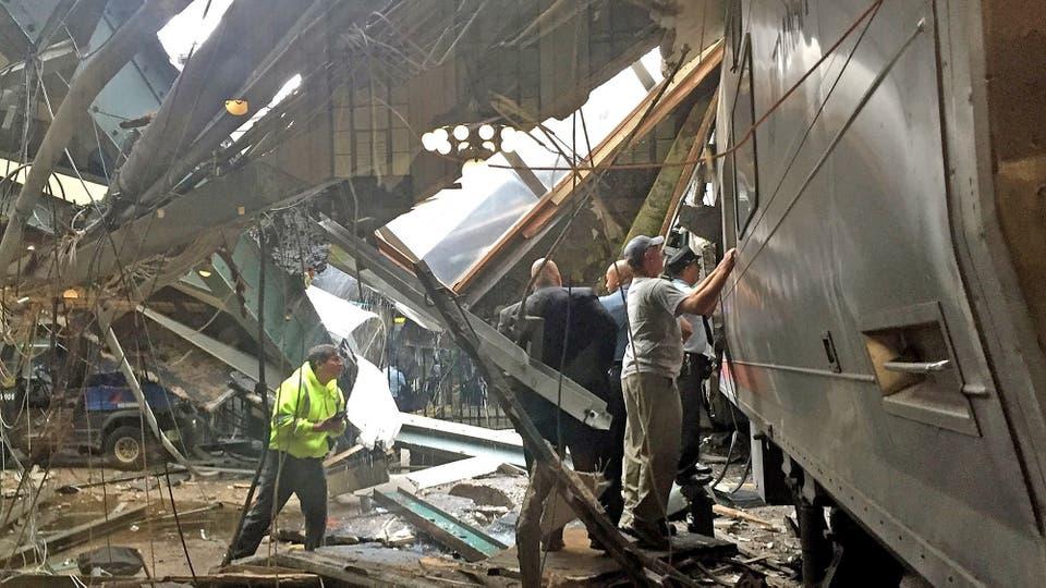 Chocó un tren en Nueva Jersey, bomberos y rescatistas trabajan asistiendo a los heridos. Foto: AFP
