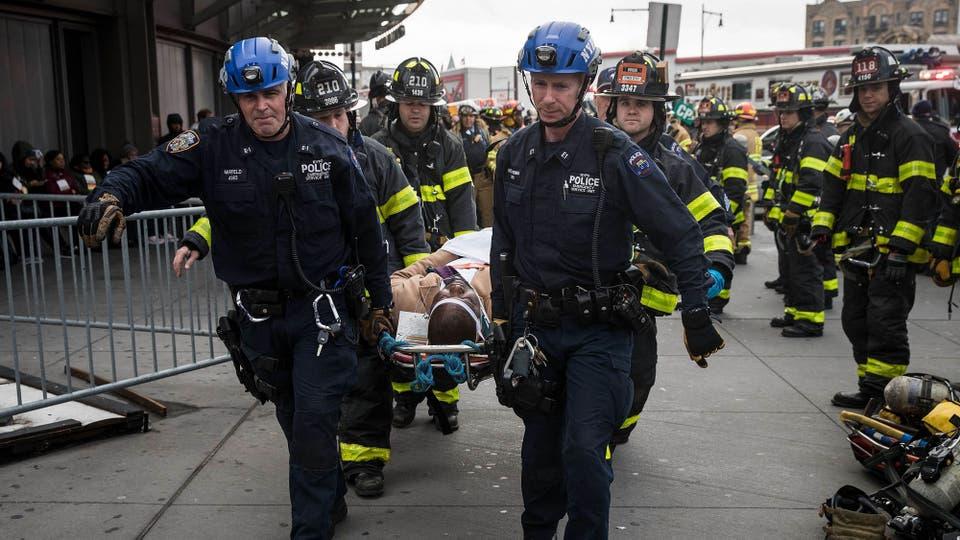Rescate de los heridos en el accidente. Foto: AFP / Drew Angerer