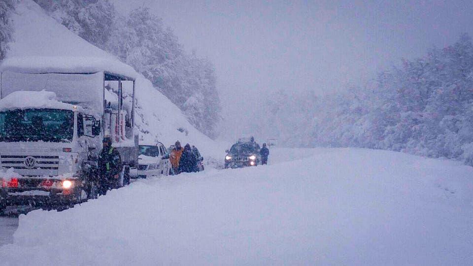 Autos y camiones varados en una ruta en Neuquén. Foto: LA NACION / Gendarmeria