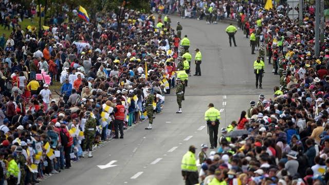 Una multitud esperando la llegada del Papa. Foto: AFP / Raul Arboleda