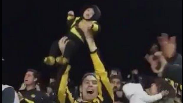 El festejo del padre luego del triunfo agónico de Peñarol