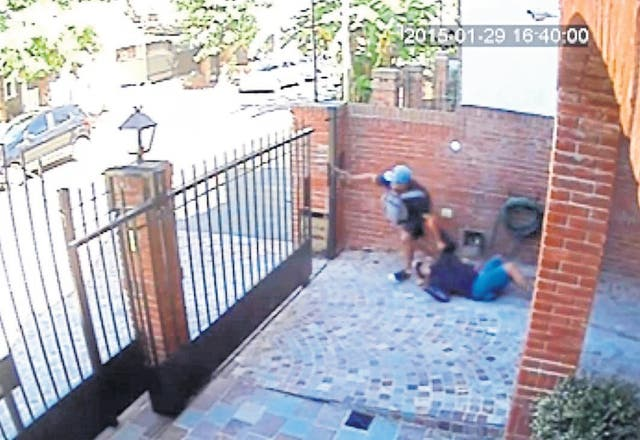 Uno de los delincuentes rescata a un cómplice herido en el asalto