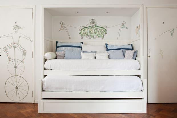 La cama nido laqueada (María Gándara Muebles) incluye dos más que pueden ocultarse durante el día. Está vestida con almohadones grandes traídos de Marshall's, en Miami, almohadones con nombres bordados y, detrás, un par de fantasía (todo de Ramos Generales)..
