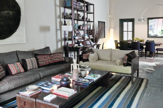 En el living-comedor hay mesas grandes y rincones confortables que se comparten con total naturalidad por todos los huéspedes..