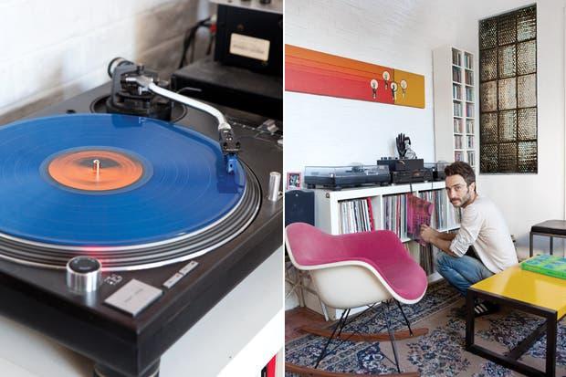 """La colección de discos de Gerardo está prolijamente organizada en un mueble que él mismo hizo a medida. En primer plano, una silla Eames de los años 70. """"Es una joya"""", dice orgulloso Gerardo.."""