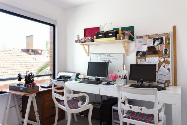 """""""Victoria trabaja en casa y, aunque yo no lo hago cotidianamente, sí me gusta tener una especie de extensión de la oficina que acondicionamos con todo lo necesario"""".  /Daniel Karp"""