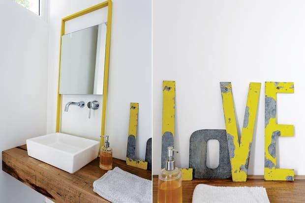 Mesada de guayubira hecha a medida y espejo de hierro (Lodd) con letras de chapa antiguas.  Foto:Living /Daniel Karp