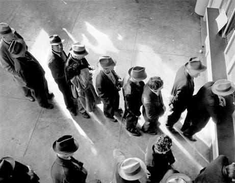 Enero de 1983. Comienzan las ayudas económicas a los desocupados. Foto: Dorothea Lange