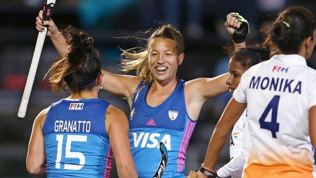 Granatto, tras marcar el segundo gol, festeja con Delfina Merino
