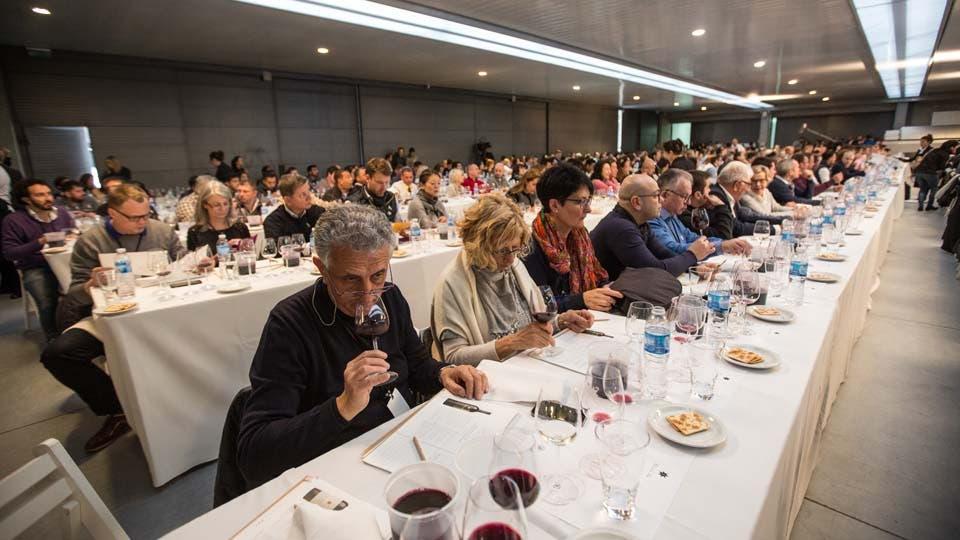 Vinieron de todos los rincones del mundo, los sommeliers sentados en largas mesas toman notas durante la competencia. Foto: LA NACION / Soledad Aznarez / Enviada especial