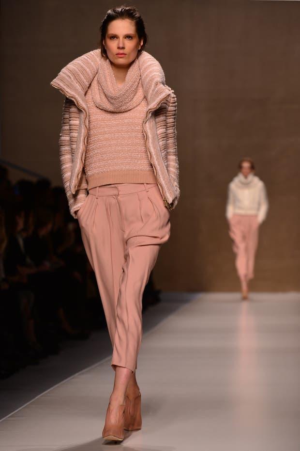Blumarine propone un mix de texturas y una vuelta al nude y los colores claros aún en invierno. Foto: Archivo