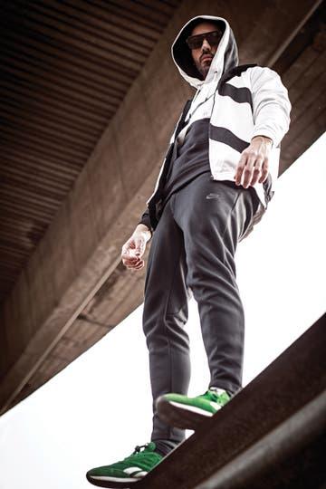 Campera con cierre y capucha y pantalón (Adidas), remera (Columbia en Scandinavian), zapatillas running (Reebok), anteojos de acetato italiano y metal (Infinit). . Foto: Osky Sorairez