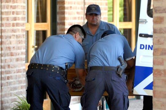 Efectivos de la policía retiran los restos de Carlos Soria de la morgue judicial. Foto: Télam