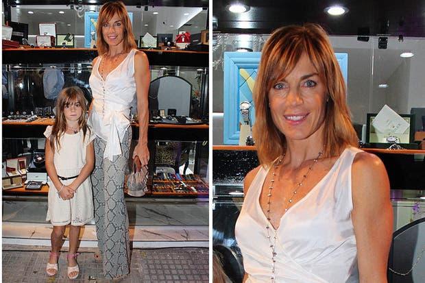 Con un pantalón tipo palazzo y una remera cruzada, Paula Trapani fue a la inauguración del nuevo local de la joyería Fabiano di Milano junto con su hija Milena. Foto: MK Comunicación