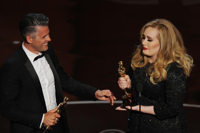 Adele, emocionada con su Oscar