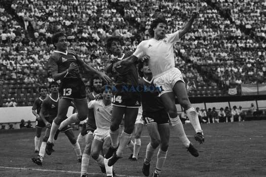 Juego aéreo: Garré y Giusti frente a Wilmar Cabrera. Foto: LA NACION / Antonio Montano