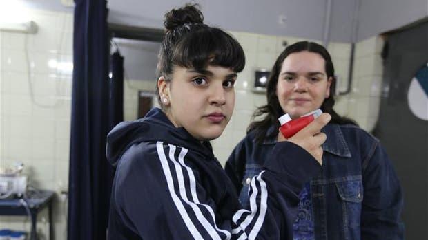 Cintia Díaz, que enfrenta los problemas de padecer asma, y su mamá, Patricia.