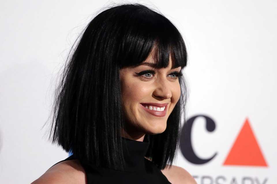 Con un look muy favorecedor, Katy parece una diosa egipcia con cabello a los hombros, corte recto, liso y flequillo. Foto: OHLALÁ! /Latinstock