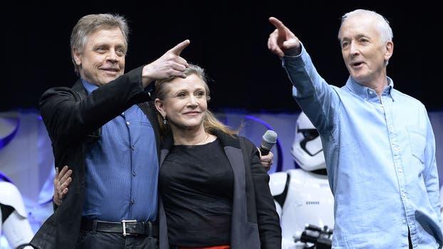 Mark Lourenço, Carrie Fisher y Anthony Daniels en el escenario durante el inicio del evento de la Celebración de Star Wars de Disney 2015 en el Anaheim Convention Center el 16 de abril de 2015. Foto: AFP / Kevork Djansezian