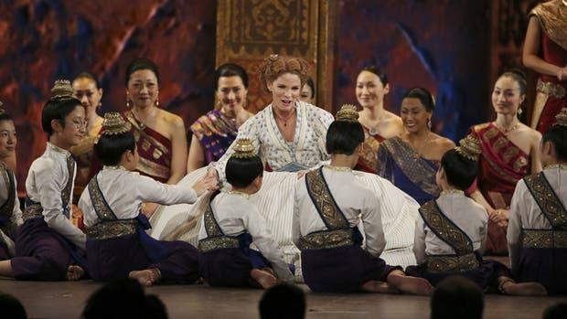 Keli O''Hara al frente del elenco de niños y adultos, en el Lincoln Center