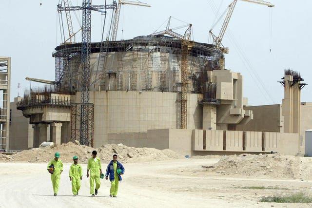Trabajadores iraníes en la construcción de la planta nuclear iraní Bushehr, en 2003