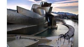 """""""Este es el lugar"""", dijo Frank Gehry al dar con el sitio justo para su creación, junto a la ría del Nervión"""