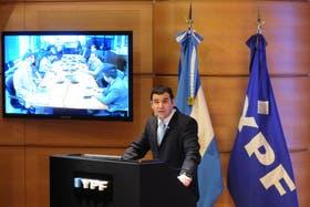 El presidente y CEO de YPF, Miguel Galuccio, en la sede corporativa de la empresa durante una conferencia de prensa