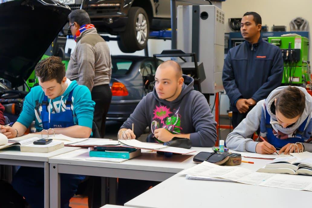 La Formación Profesional Dual permite a los estudiantes conseguir trabajo; el sistema involucra a empresas privadas