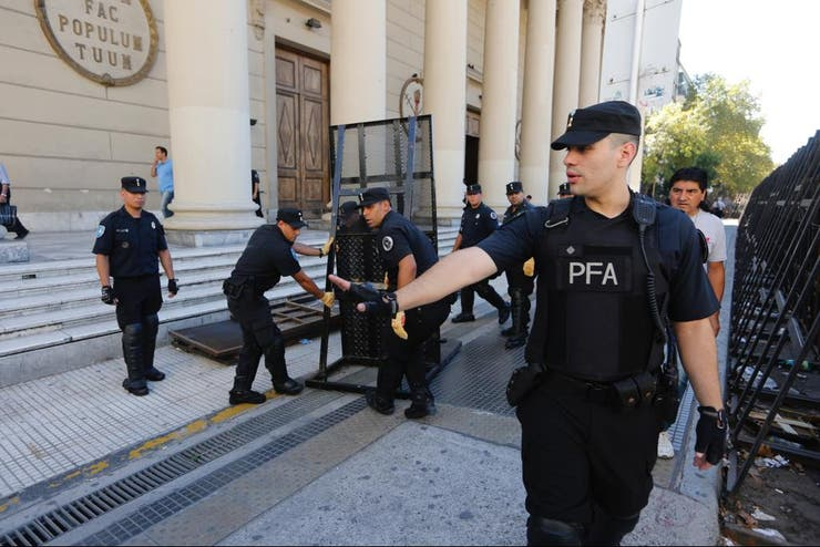 La Catedral estaba vallada y rodeada de policías