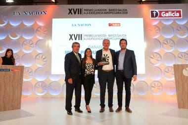 En el centro con el premio Atilio Benedetti, de Tierra Greda, ganador en la categoría Mejor Productor de Carne