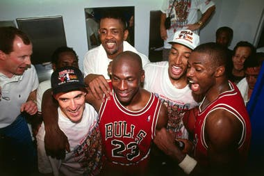 Festejo de Jordan en 1998, con Cartright detrás.
