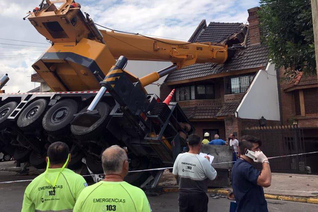 Mataderos: cinco heridos al volcar una grúa sobre una casa