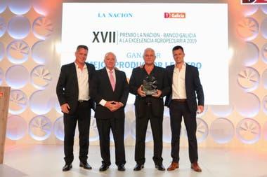 Carlos y Cristóbal Chiavassa con la distinción para Grupo Chiavassa, Mejor Productor Lechero