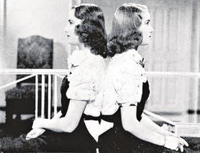 Las hermanas Legrand en su adolescencia, cuando empezaban su marcha imparable hacia el estrellato. Abajo: Mirtha muestra en su programa del lunes último la carta que le mandó Silvia