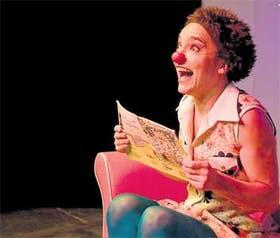 Con humor e ironía, Leticia Torres encarna a una clown deliciosa