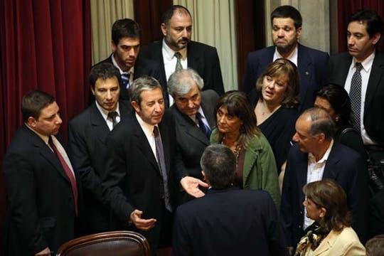 Un grupo de Senadores habla con Julio Cobos por la falta de quórum. Foto: LA NACION / Maxie Amena